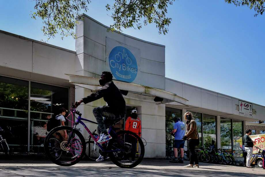 Customers wait outside City Bikes this month in Washington. Photo: Washington Post Photo By Bill O'Leary. / The Washington Post
