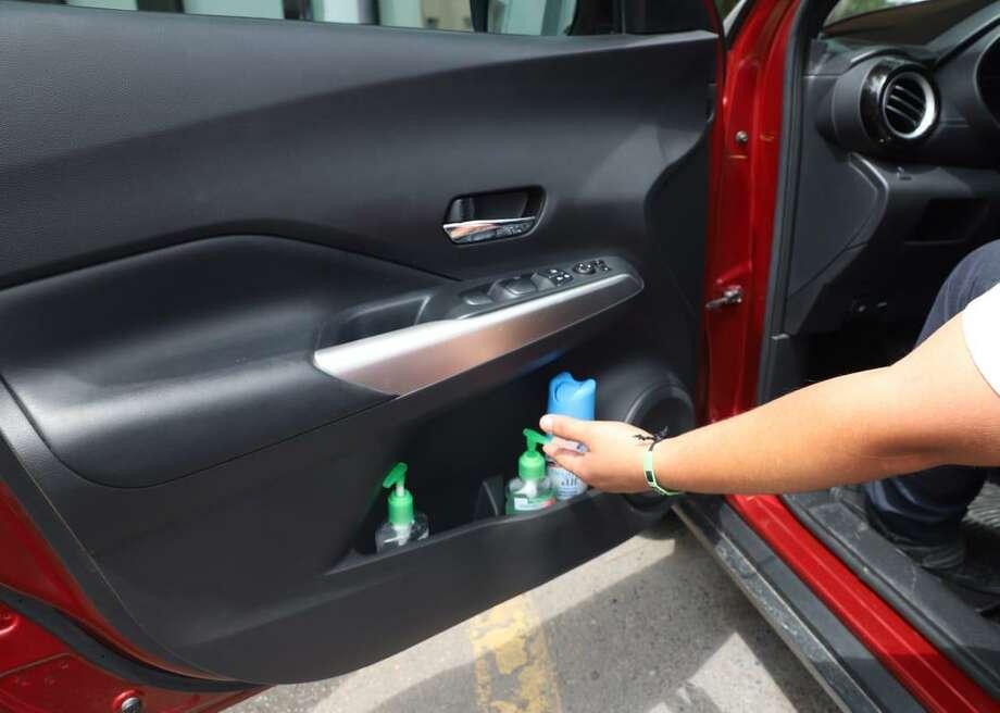 Autoridades de protección civil de Nuevo Laredo, México, alertaron a la población del riesgo de incendio al mantener el gel antibacterial en el interior de un auto cuando hay altas temperaturas. Photo: Foto De Cortesía /Laredo Morning Times