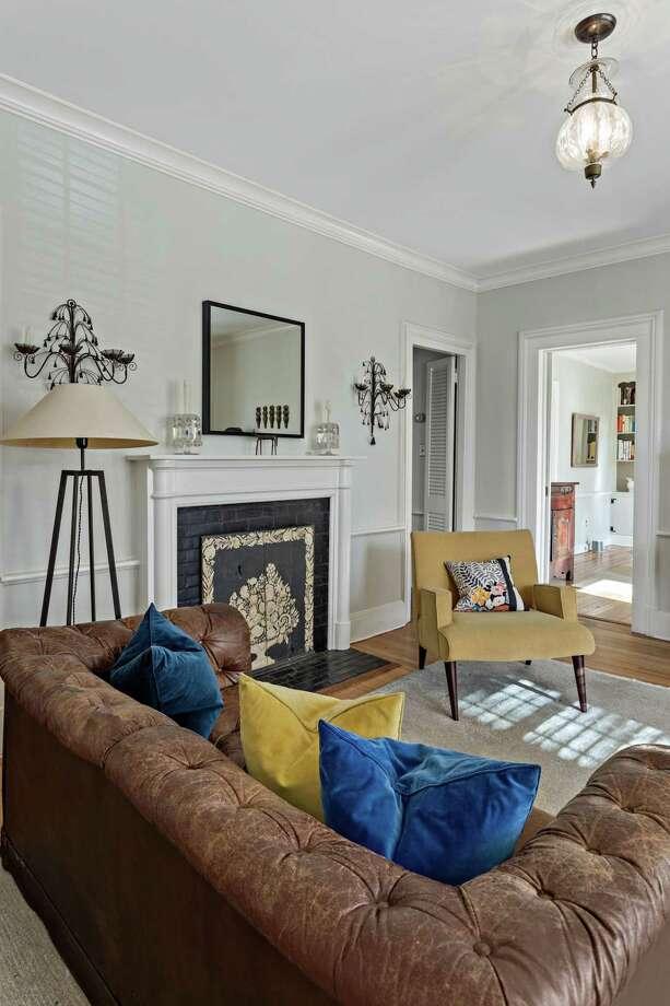 The living room features a fireplace and chair railing. Photo: Daniele Piovezahn / danipiovezahn.com 6468206369