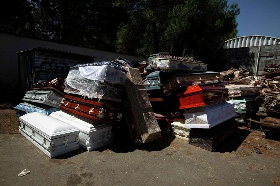 Pilas de ataúdes de víctimas del COVID-19 que han sido incineradas, previo a que sean destruidos en la Ciudad de México, el lunes 4 de mayo de 2020. Photo: Fernando Llano /Associated Press / Copyright 2020 The Associated Press. All rights reserved.