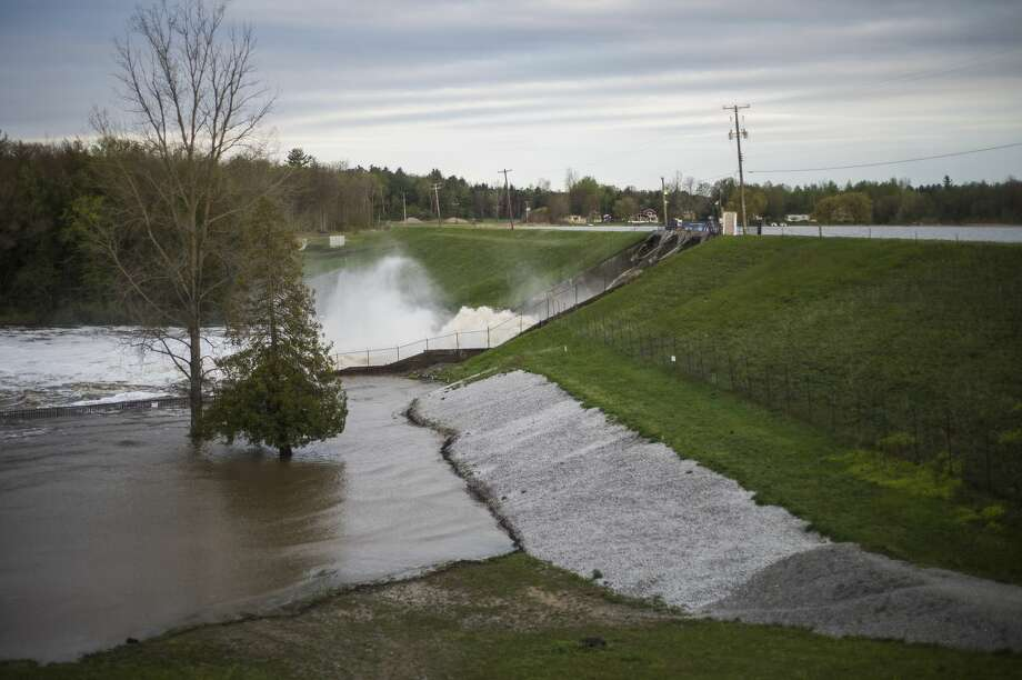 """Earlier Tuesday — Water rushes through the Edenville Dam after an evacuation order the night before for residents of Sanford and Wixom Lakes, warning of """"imminent dam failure."""" (Katy Kildee/kkildee@mdn.net) Photo: (Katy Kildee/kkildee@mdn.net)"""