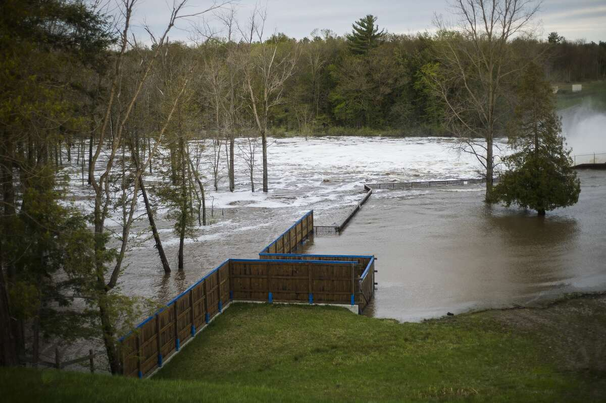 """Water rushes through the Edenville Dam after an evacuation order the night before for residents of Sanford and Wixom Lakes, warning of """"imminent dam failure."""" (Katy Kildee/kkildee@mdn.net)"""