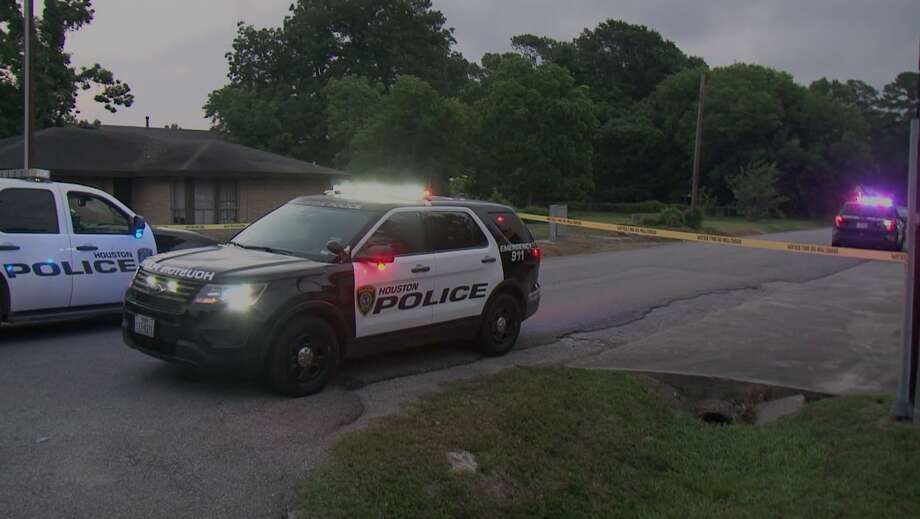 Houston police investigate a triple shooting that left one person dead in the 6900 block of Landor on Wednesday, May 20, 2020. Photo: Metro Video
