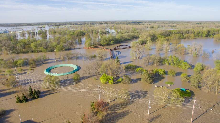 Flood waters rise in Midland as the Tittabawassee reaches record high levels on Wednesday morning, May 20, 2020. Photo: Adam Ferman/For The Daily News