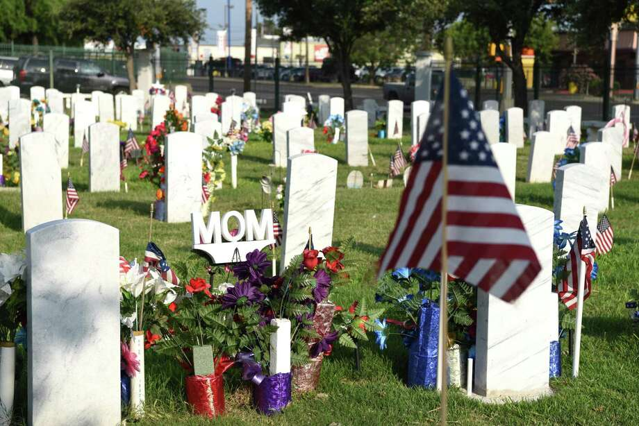 Flowers and the word 'mom' adorns a U.S. military service member's grave during the Memorial Day ceremony at the City of Laredo Cemetery, Monday, May 27, 2019. Photo: Christian Alejandro Ocampo / Laredo Morning Times