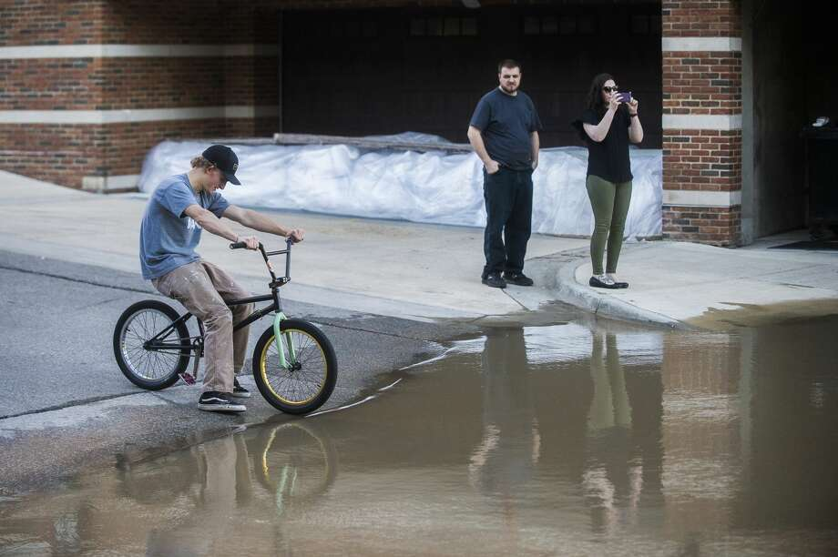 Midland residents head downtown to check out the flood level Wednesday evening, May 20, 2020. (Katy Kildee/kkildee@mdn.net) Photo: (Katy Kildee/kkildee@mdn.net)