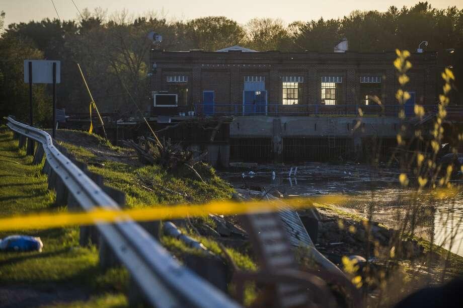 Debris is collected near the Sanford Dam Wednesday evening, May 20, 2020. (Katy Kildee/kkildee@mdn.net) Photo: (Katy Kildee/kkildee@mdn.net)