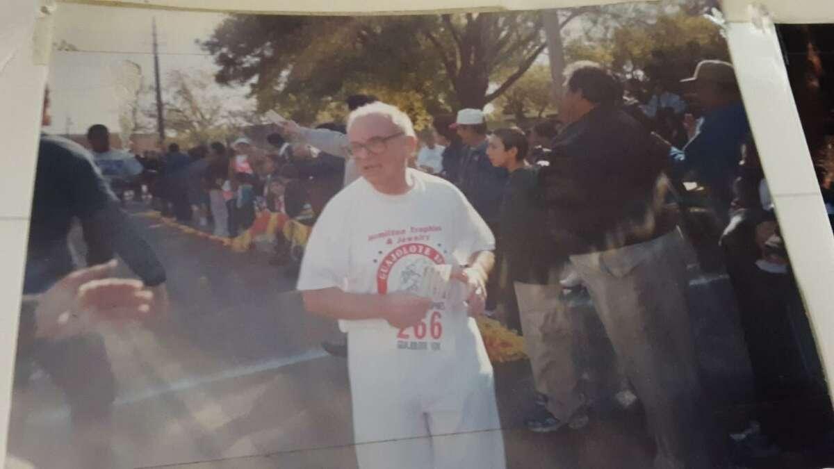 El Reverendo Padre Alessandro Di Taddeo aparece corriendo en la Carrera del Guajolote 10K a la edad de 70 años en el centro de Laredo. Él murió a principios de mayo a la edad de 91 años en Chicago. Estuvo sirviendo como sacerdote en diversas iglesias de Laredo. Su funeral fue el 14 de mayo en Abraham Lincoln National Cemetery en Elwood, Ill.