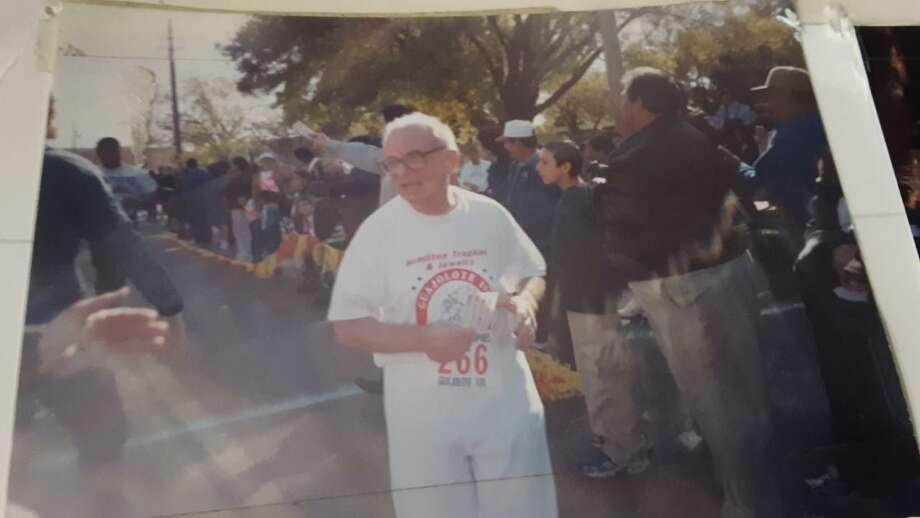 El Reverendo Padre Alessandro Di Taddeo aparece corriendo en la Carrera del Guajolote 10K a la edad de 70 años en el centro de Laredo. Él murió a principios de mayo a la edad de 91 años en Chicago. Estuvo sirviendo como sacerdote en diversas iglesias de Laredo. Su funeral fue el 14 de mayo en Abraham Lincoln National Cemetery en Elwood, Ill. Photo: Foto De Cortesía