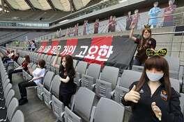 Esta foto del 17 de marzo de 2020 muestra las gradas sin espectadores del Estadio Mundialista de Seúl, con maniquíes vestidos con los colores de los equipos del FC Seoul y del Gwangju FC, en un partido de la liga profesional de fútbol de Corea del Sur, que reanudó sus actividades luego de una prolongada suspensión por la pandemia del COVID-19.