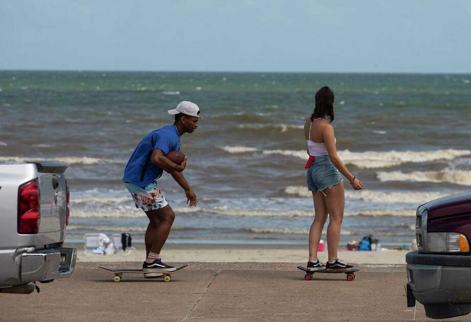 People take advantage of the good weather and skateboard down the Seawall Boulevard Thursday, May 21, 2020, in Galveston. Photo: Yi-Chin Lee, Houston Chronicle / Staff Photographer / © 2020 Houston Chronicle