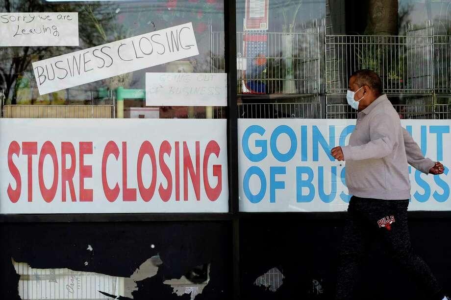 Un hombre observa los anuncios que indican que una tienda está cerrada debido al COVID-19 en Niles, Ill., el jueves 21 de mayo de 2020. Más de 2,4 millones de personas solicitaron seguro de desempleo la semana pasada en la última ola de personas desempleadas por el brote viral que provocó el cierre de negocios hace dos meses. Photo: Nam Y. Huh /Associated Press / Copyright 2020 The Associated Press. All rights reserved.