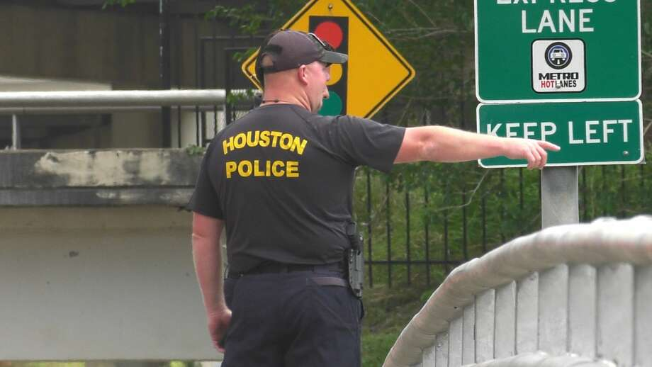 Police and firefighters investigate after a body was found floating in Buffalo Bayou in downtown Houston on Friday, May 22, 2020. Photo: Jay R. Jordan / Houston Chronicle