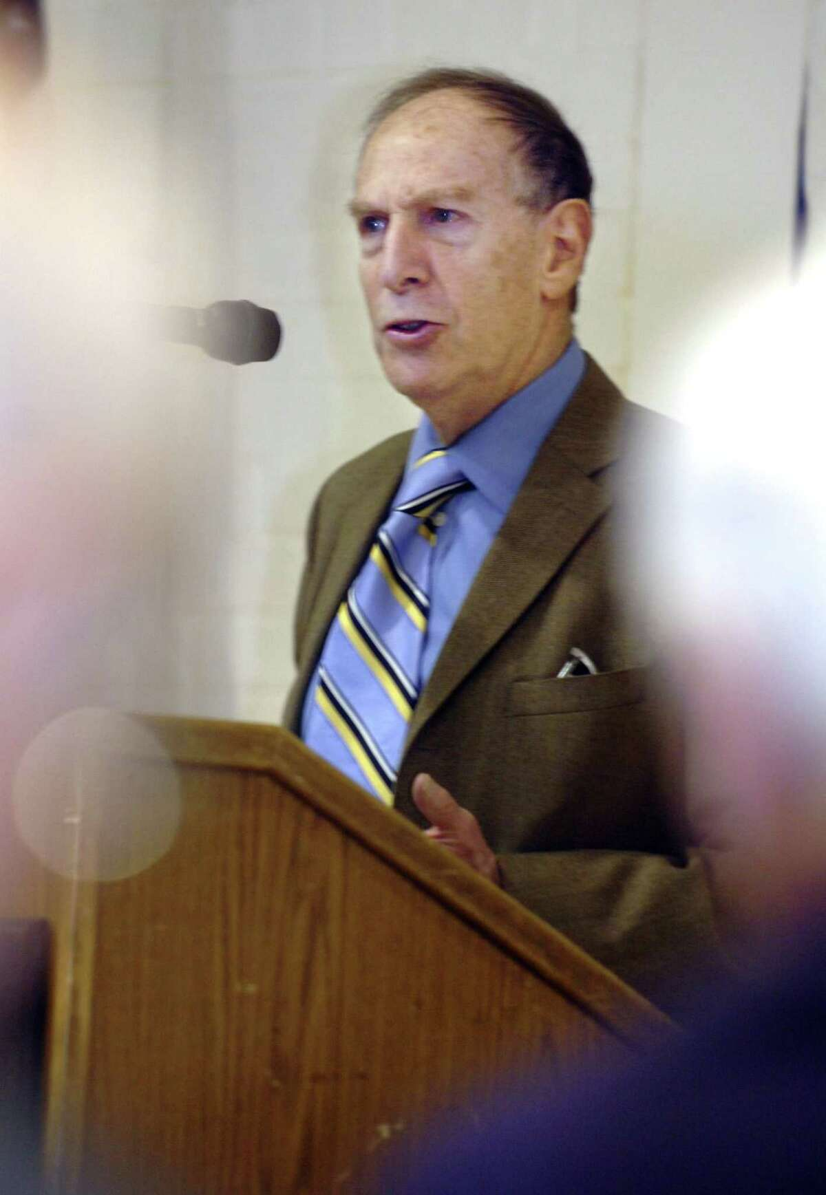 Journalist Len Levitt speaking on the Martha Moxley murder at the Greenwich YMCA, sponsored by the Retired Men's Association, in 2010. Levitt died at age 79 in his Stamford, Conn., home in May 18, 2020.