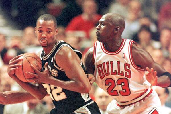Michael Jordan (R) of the Chicago Bulls guards against San Antonio Spurs forward Sean Elliot in the first quarter 03 November at the United Center in Chicago, IL. AFP PHOTO/VINCENT LAFORET (Photo by VINCENT LAFORET / AFP) (Photo credit should read VINCENT LAFORET/AFP via Getty Images)