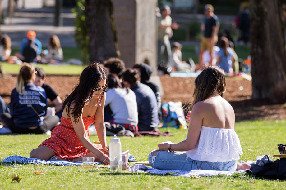 Saturday, May 24, 2020.  People gather in SF parks to enjoy the sunshine and warm weather during Memorial Day weekend. Photo: Patricia Chang, Special To SFGate / Patricia Chang