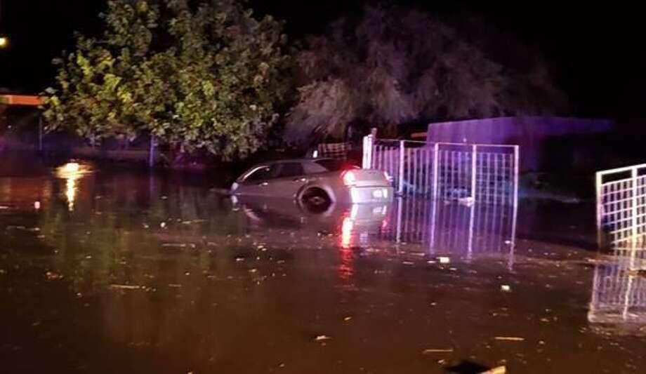 Agentes de la Patrulla Fronteriza auxiliaron a un conductor que había quedado atrapado en su auto en una zona de inundación el martes por la madrugada en Zapata. Photo: Foto De Cortesía /Patrulla Fronteriza