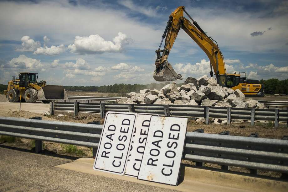 MDOT workers continue to shore up the U.S. 10 bridge in Sanford May 27, 2020 after erosion during last week's flood removed much of the soil surrounding its foundation. (Katy Kildee/kkildee@mdn.net) Photo: (Katy Kildee/kkildee@mdn.net)