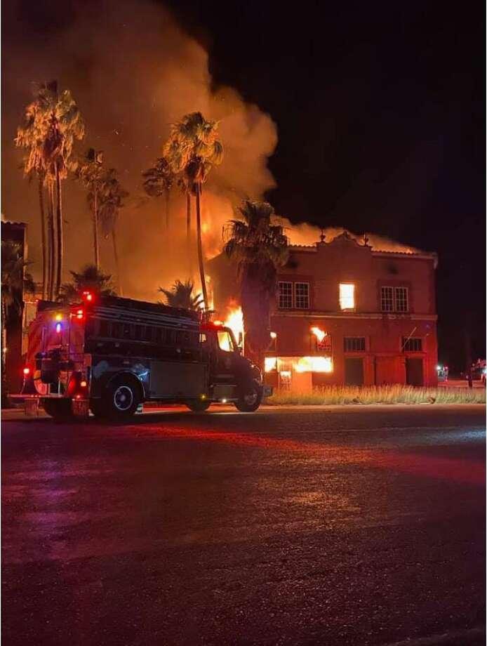 El hotel Palm Suite and Inn aparece envuelto en llamas el lunes por la madrugada, resultando en pérdida total. La causa del incendio continúa bajo investigación. Photo: Jvelo /