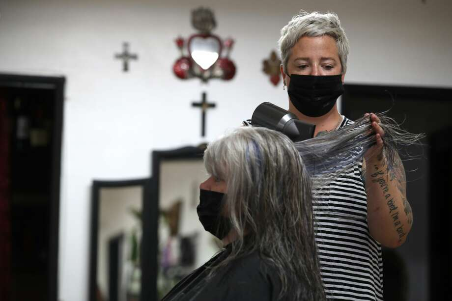 Hair stylist Angie Redmond blow dries Tandi Blonigen's hair at The Parlor on May 27, 2020 in Napa, California. Photo: Justin Sullivan/Getty Images / 2020 Getty Images