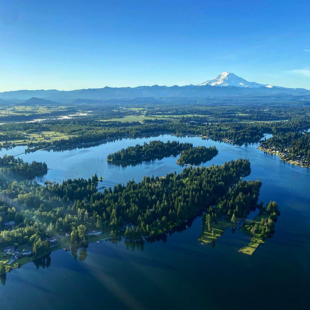 A view from a SeattleBallooning flight looksoverMt. Rainier.