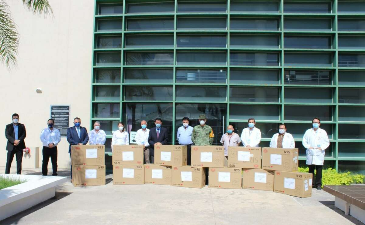 El Cónsul General de México en Laredo, Juan Carlos Mendoza Sánchez, entregó un donativo de 12.480 máscaras N-95 a diferentes instituciones de salud y organizaciones de beneficencia el miércoles 27 de mayo de 2020 en Nuevo Laredo, México.