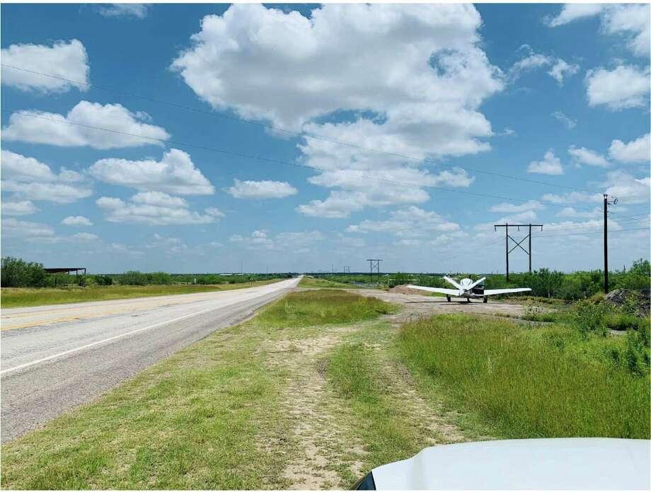 Un pequeño avión privado tuvo un aterrizaje de emergencia debido a una falla mecánica, de acuerdo al Departamento de Seguridad Pública de Texas. El avión aterrizó de manera segura sobre la Carretera 59, al este de Laredo. Photo: Foto De Cortesía