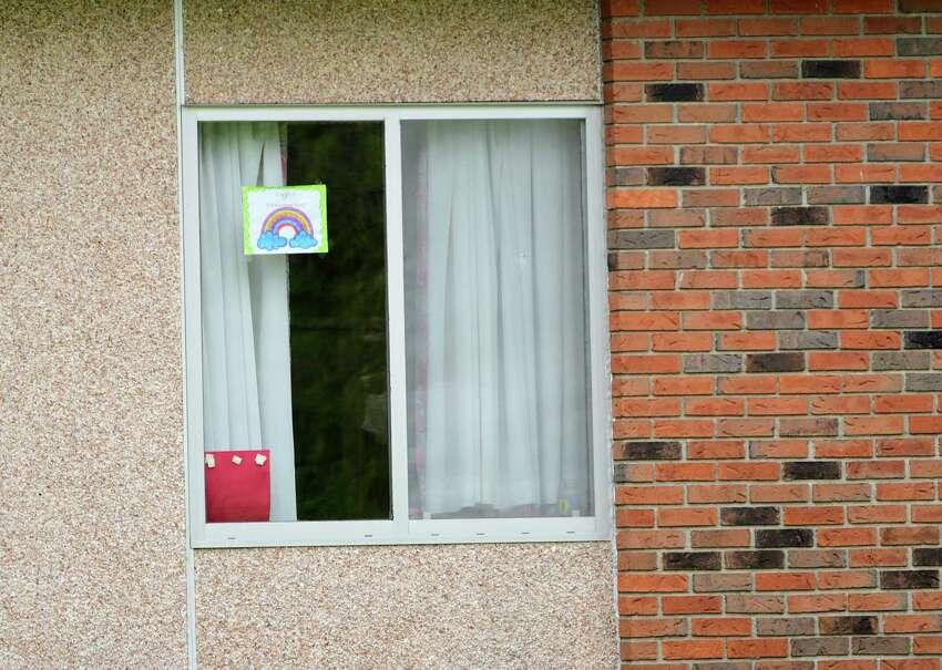 Un cartel de 518 Rainbow Hunt es visible en la ventana de un residente en The Grand Rehabilitation and Nursing en Guilderland, el miércoles 6 de mayo de 2020 en Guilderland, Nueva York (Lori Van Buren / Times Union)