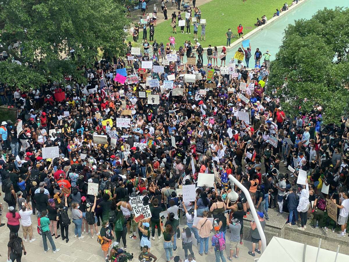 Fight breaks out, protesters enter roadways during Houston ...