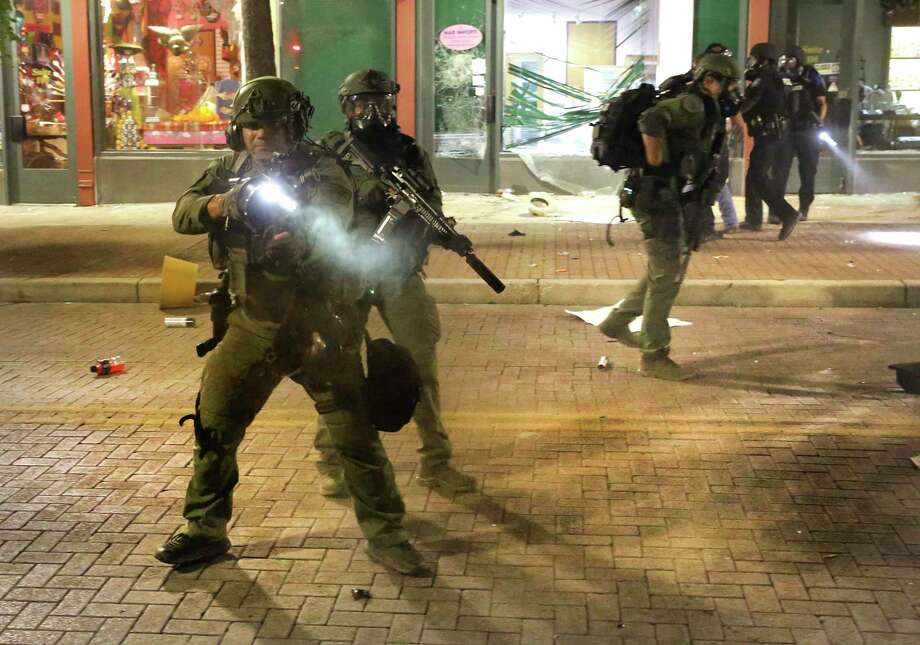 Police clear out Houston St as protestors take to the streets in front of the Alamo. Photo: Bob Owen, Staff-photographer / San Antonio Express-News / ©2020 San Antonio Express-News