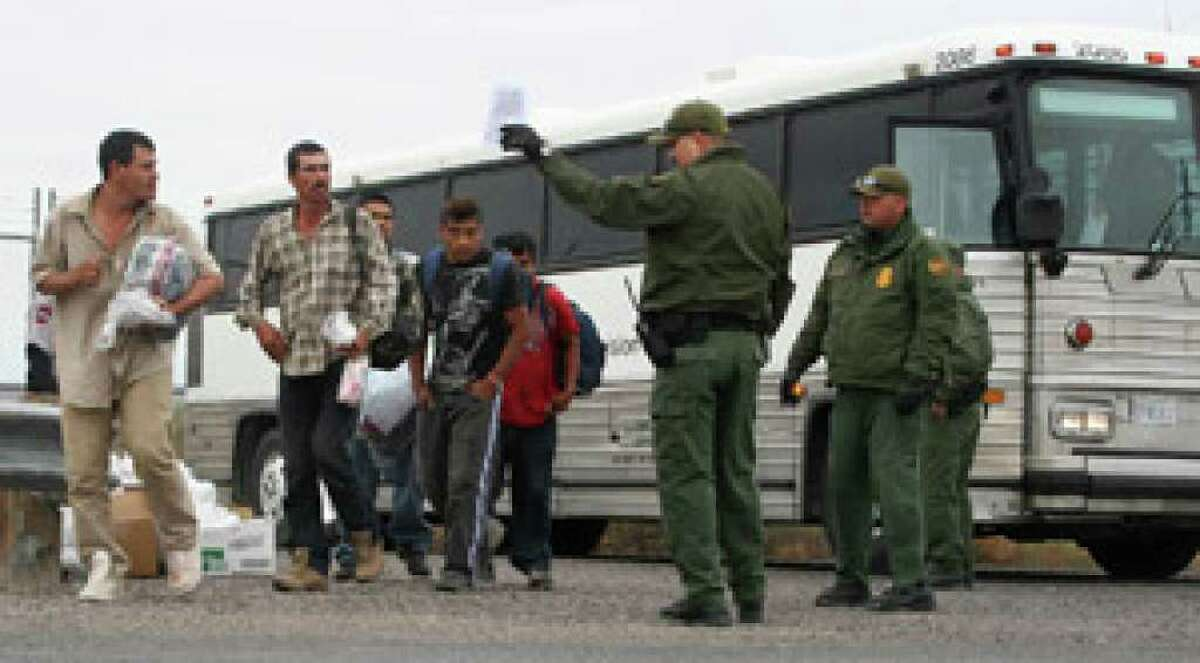 Unauthorized immigrants from Mexico who are caught in Arizona are being bused to Texas and sent across the border.