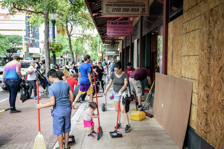 San Antonians are coming together to help small businesses affected by the rioting and looting that took place in downtown last weekend. Photo: Matthew Busch /For The San Antonio Express-News / **MANDATORY CREDIT FOR PHOTOG AND SAN ANTONIO EXPRESS-NEWS/NO SALES/MAGS OUT/TV
