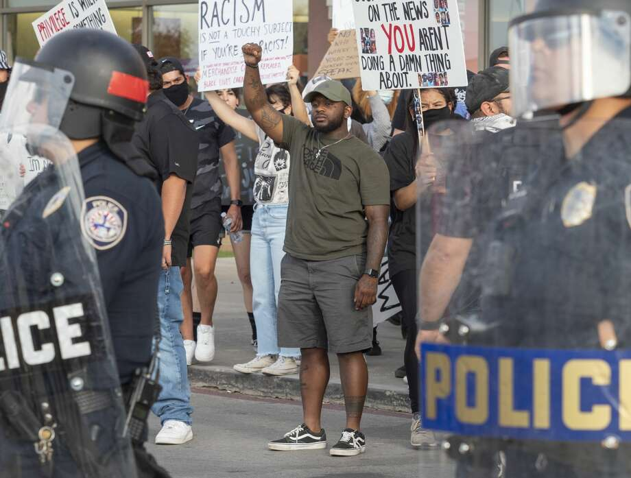 Protesters gather outside Midland Park Mall 05/31/2020 evening and tensions rose when a group came to protest the protesters. Tim Fischer/Reporter-Telegram Photo: Tim Fischer/Midland Reporter-Telegram