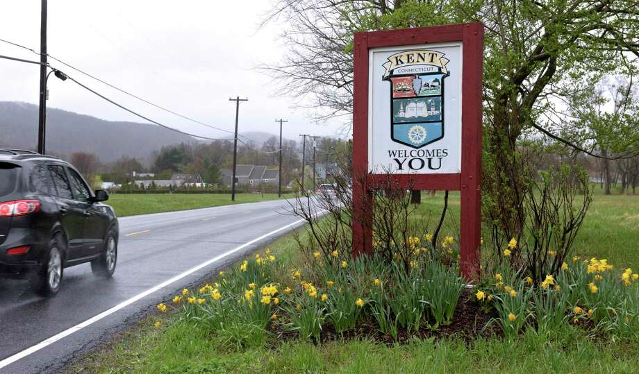 Sign on Route 7 entering downtown Kent, Conn. Thursday, April 30, 2020. Photo: H John Voorhees III / Hearst Connecticut Media / The News-Times
