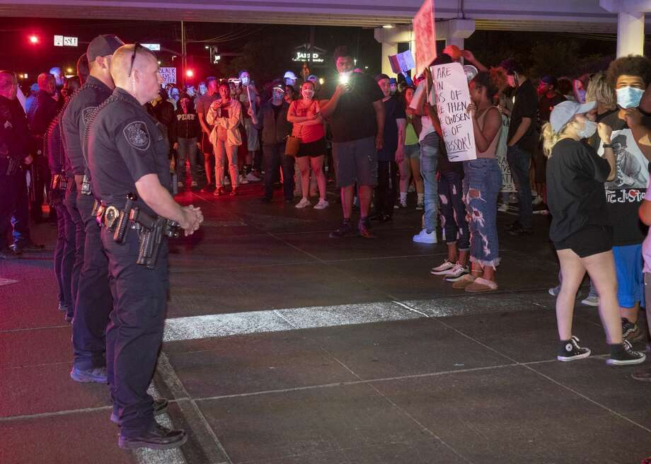 When Midland police pulled their members back, protesters turned their attention to block the intersection of Midkiff and Loop 250 05/31/2020 night to continue their protest. Tim Fischer/Reporter-Telegram Photo: Tim Fischer/Midland Reporter-Telegram