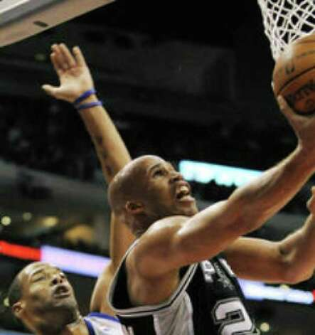 Spurs forward Richard Jefferson (right) puts up a shot during Sunday's victory over the Clippers.