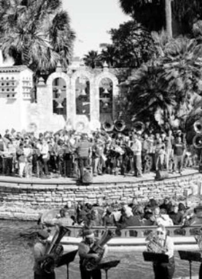 The Arneson was wall-to-wall tubas at the 2007 edition of the Tubameister Christmas. The low-brass hordes return Saturday.