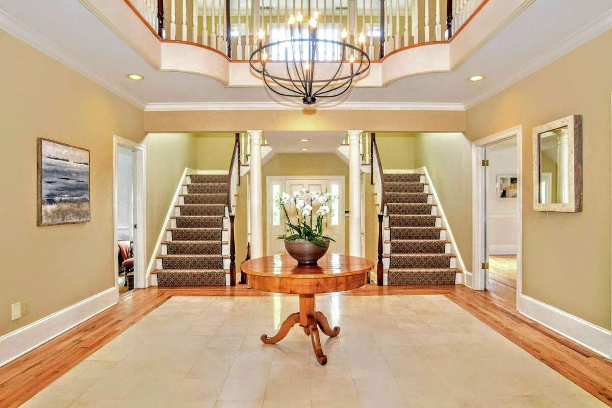 In the entrance foyer there are two staircases to the seond floor.
