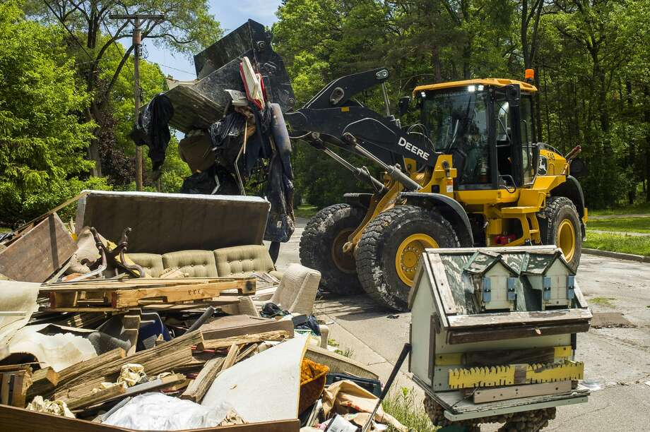 Clean up efforts after the flood continue on some of Midland's hardest hit streets Monday, June 1, 2020. City crews continue to make heavy item pickups to be delivered to the landfill. (Katy Kildee/kkildee@mdn.net) Photo: (Katy Kildee/kkildee@mdn.net)