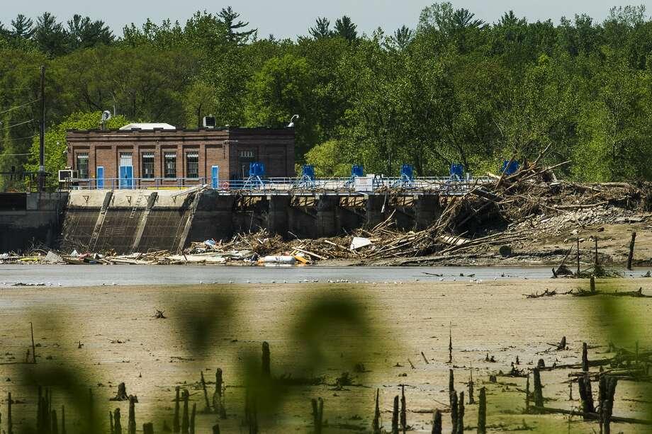 Debris remains piled up against the Sanford Dam Monday, June 1, 2020 in Sanford. (KatyKildee/kkildee@mdn.net) Photo: (Katy Kildee/kkildee@mdn.net)