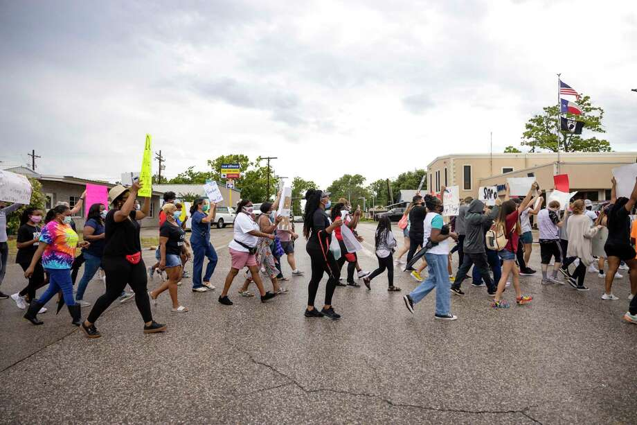Demonstrators cross the street heading towards city hall in Willis, Wednesday, June 3, 2020. Approximately 130 people attended the rally in support of police reform sparked by the death of George Floyd. Photo: Gustavo Huerta, Houston Chronicle / Staff Photographer / Houston Chronicle © 2020