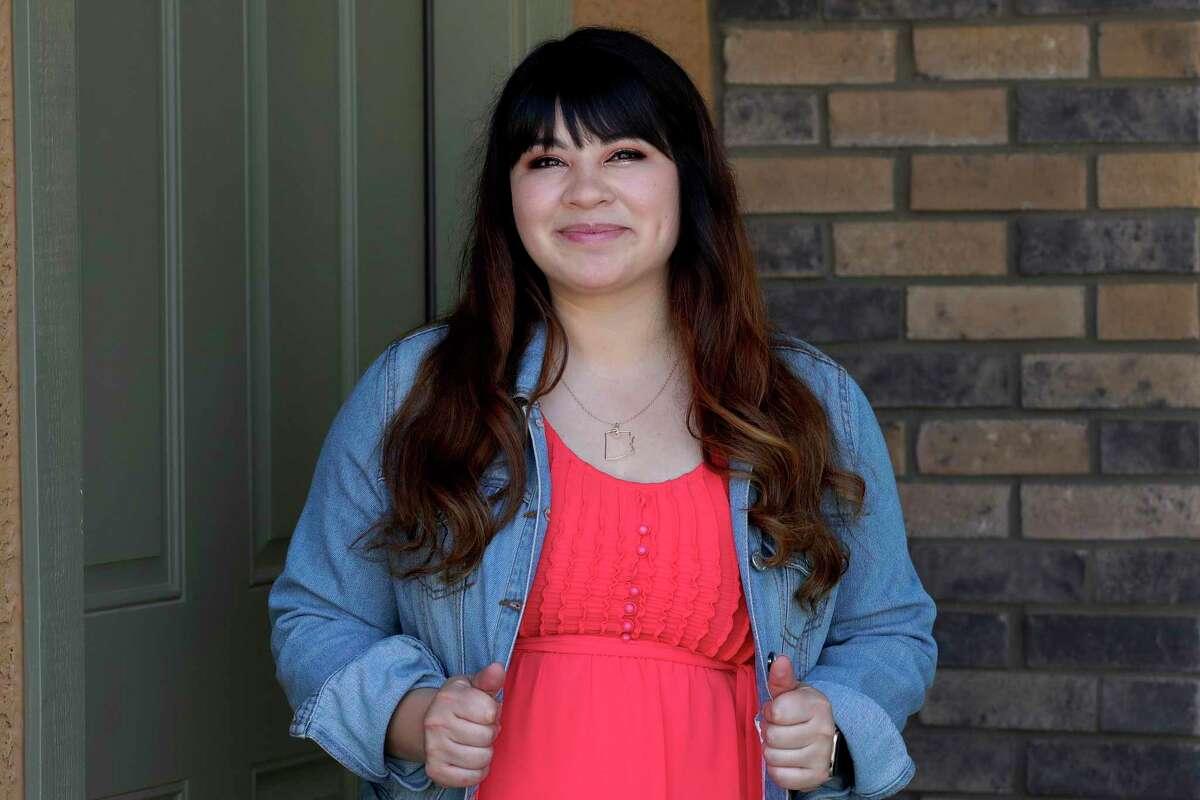 La activista Reyna Montoya sale de su casa el jueves 4 de junio de 2020, en Gilbert, Arizona.