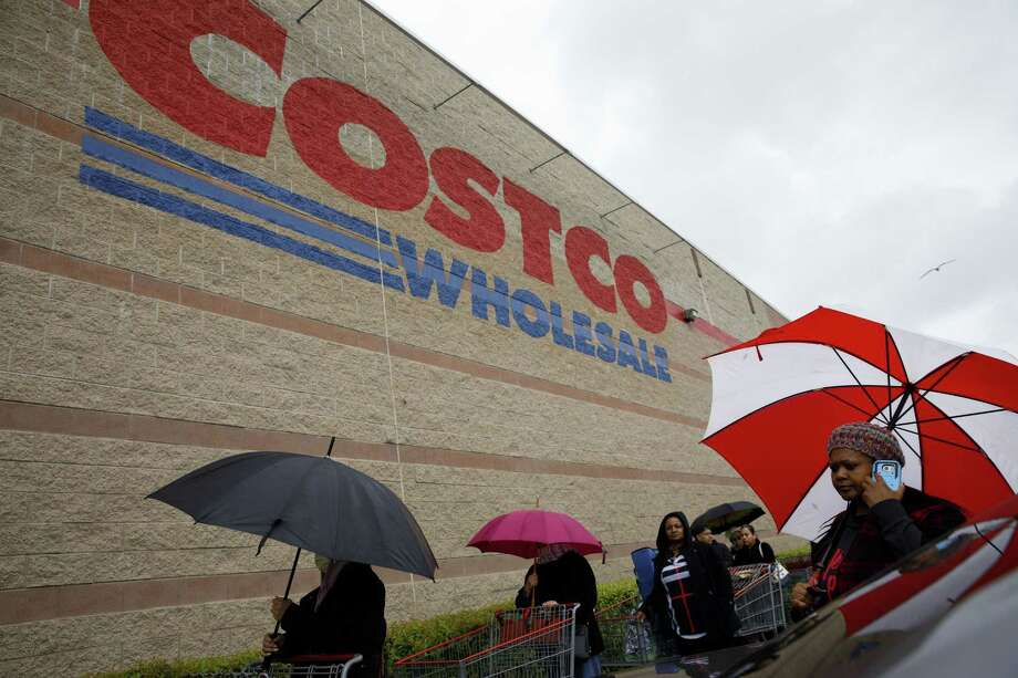 Shoppers wait in line to enter a Costco Wholesale Corp. location in Hawthorne, Calif., on March 14, 2020. Photo: Bloomberg Photo By Patrick T. Fallon. / © 2020 Bloomberg Finance LP