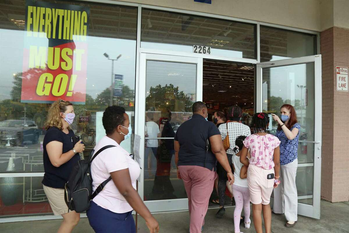 Store manager Kristina Mancini counts the first customers as they only let in 25 at a time at the start of the close-out sale for Pier 1 Imports on Friday, June 5, 2020, in Fairfield, Conn.