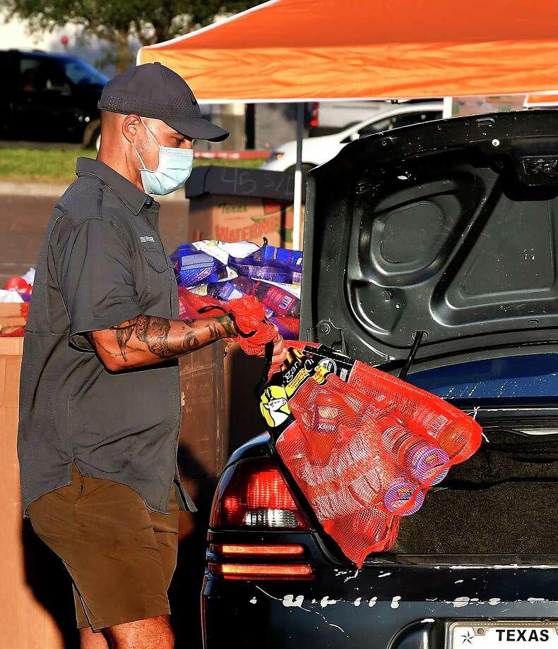 El Banco de Alimentos del sur de Texas (South Texas Food Bank), en colaboración con la Ciudad de Laredo y el Condado de Webb, organizaron una Distribución de Alimentos por Emergencia COVID-19 para 6.000 familias locales afectadas por la crisis sanitaria, el sábado 6 de junio de 2020 en Sames Auto Arena. Photo: Cuate Santos /Laredo Morning Times / Laredo Morning Times