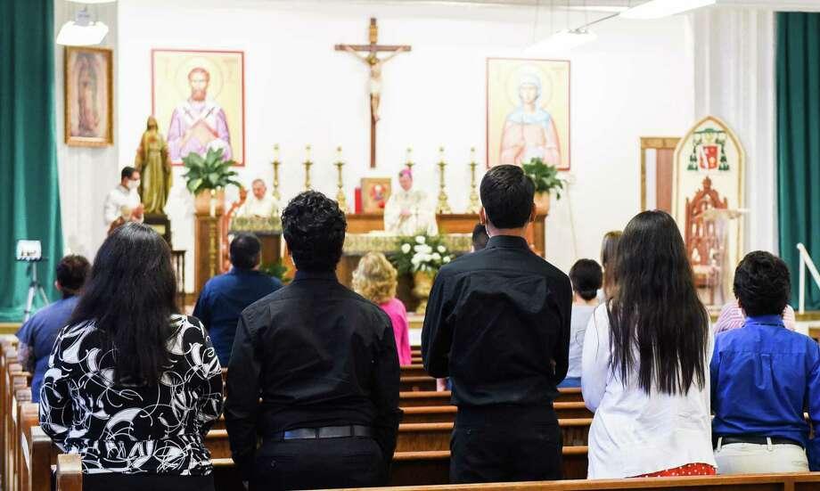 Feligreses asisten a la primera Misa dominical desde que la Diócesis de Laredo cerró sus puertas debido al coronavirus, el domingo 7 de junio de 2020, en el Salón Santa Mónica de la antigua preparatoria S Augustine High School. Photo: Danny Zaragoza /Laredo Morning Times