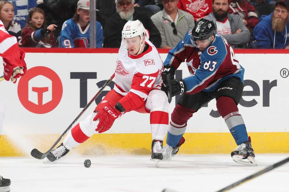 Detroit Red Wings' Evgeny Svechnikov battles with Colorado Avalanche's Matt Nieto during a March 18, 2018 game. Photo: Getty Images / 2018 NHLI