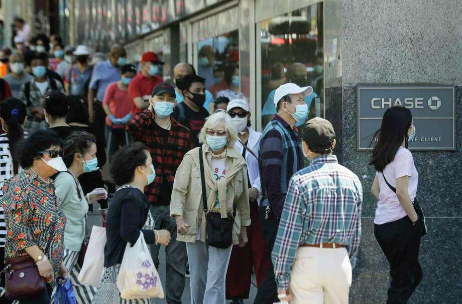 Clientes con cubrebocas esperan entrar a una sucursal del banco Chase, el lunes 8 de junio de 2020, en el barrio de Queens de Nueva York. (AP Foto/Frank Franklin II) Photo: Frank Franklin II /Associated Press / Copyright 2020 The Associated Press. All rights reserved.