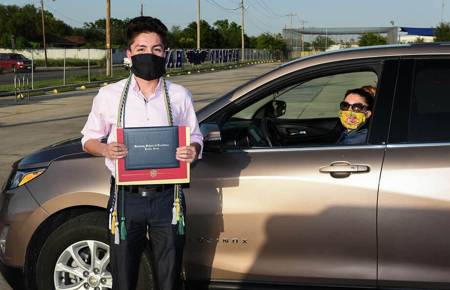 Graduating seniors from Harmony School of Excellence pick up their diplomas, Thursday, Jun 11, 2020, on campus. Photo: Danny Zaragoza/Laredo Morning Times