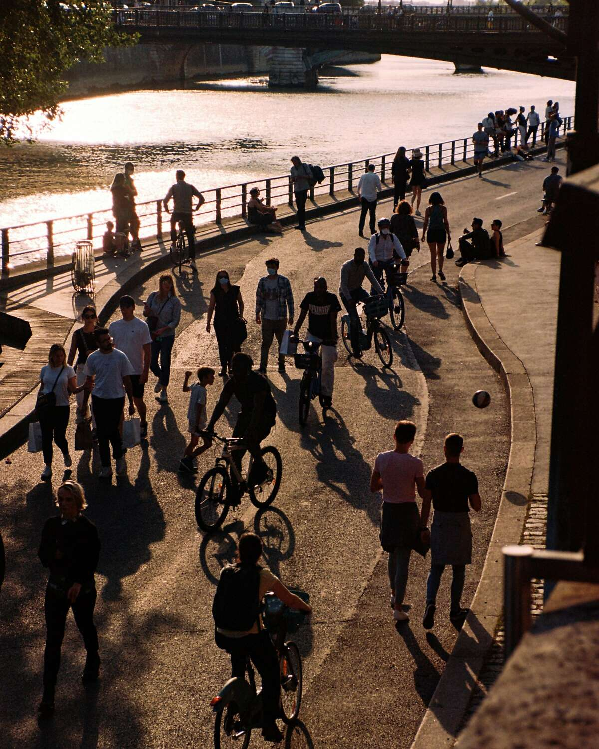 Bicyclists and pedestrians mix on a pathway along the Seine in Paris on May 19, 2020. As European cities emerge from quarantines, bicycles are playing a central role in getting the work force moving again. (Maxime La/The New York Times)